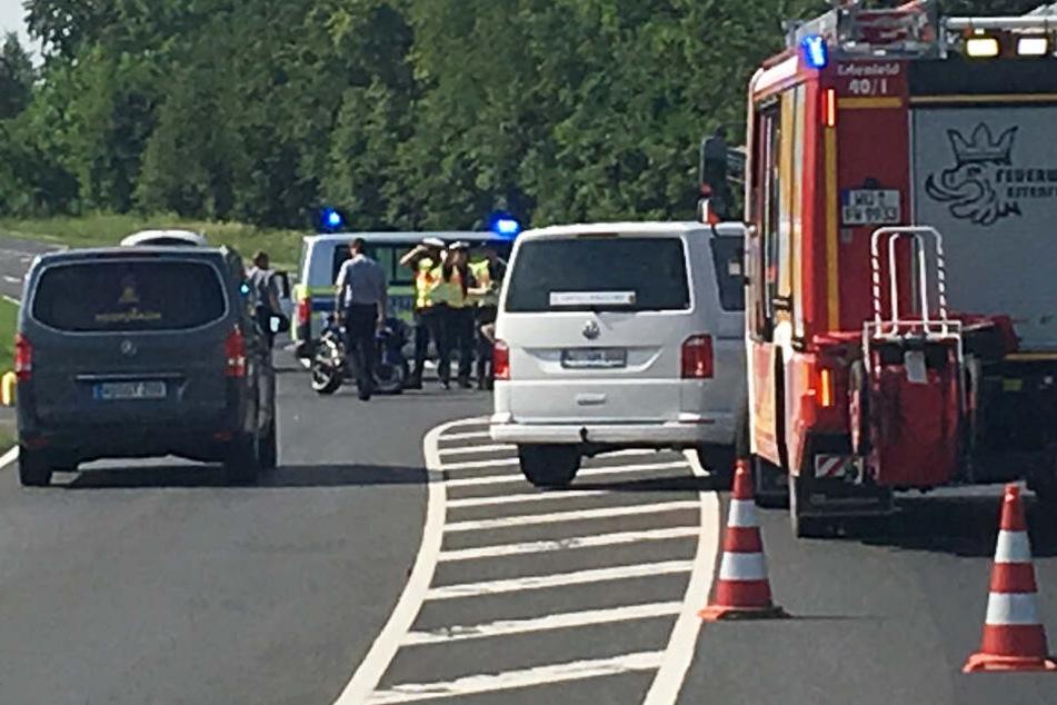 Die Bundesstraße wurde infolge des Unfalls gesperrt.