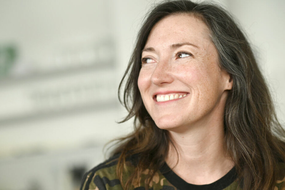 Die Autorin Charlotte Roche sitzt bei einem Interview in einem Cafe.