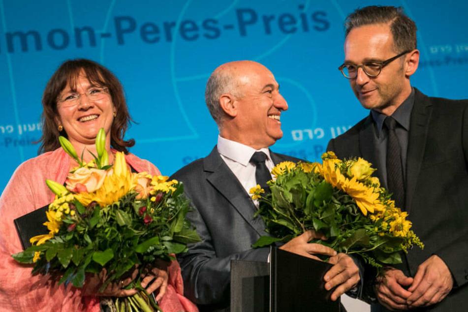 Heiko Maas (r, SPD) steht neben den Preisträgern des Shimon-Peres-Preises 2019 Susanne Ulrich (l) und Saber Rabi (m).