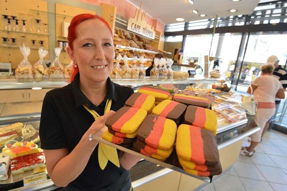 Die Chemnitzer Bäckereien nehmen's mit Humor. Anett Goldhahn (47) aus dem Cafè Türmer verkauft trotzdem weiter Deutschlandkekse.