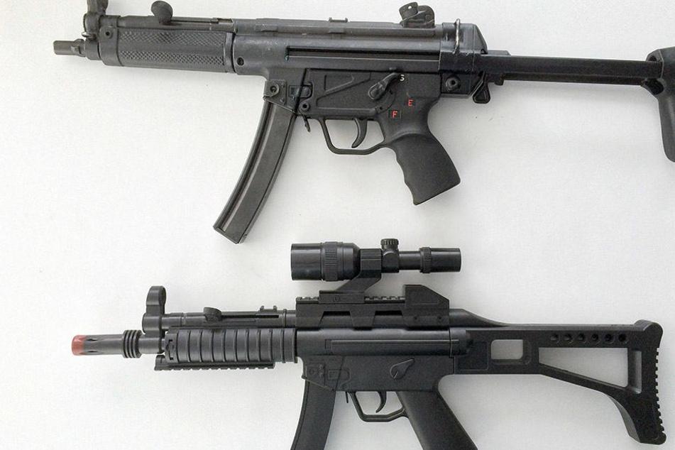 Auf den ersten Blick kaum zu unterscheiden: oben die echte Waffe, unten eine Plastik-Attrappe.
