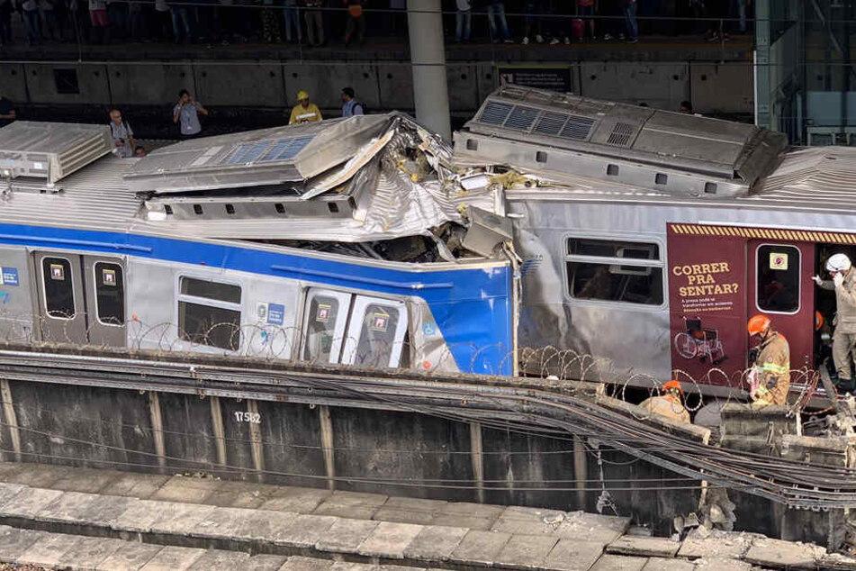Schreckliches Zugunglück: Lokführer ist sieben Stunden eingeklemmt und stirbt