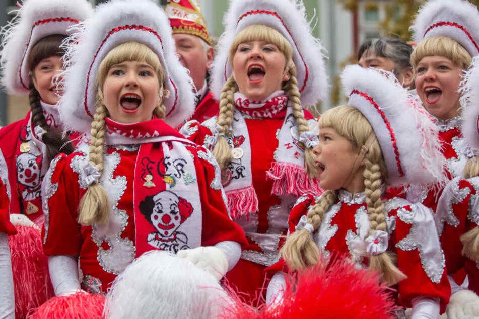 """Mit einem kräftigen """"Helau!"""" begrüßen die Karnevalisten heute die Schaulustigen beim Faschingsumzug."""
