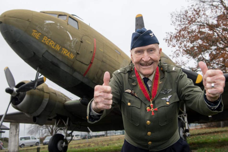 """""""Rosinenbomber-Pilot"""" Gail Halvorsen steht am 21.11.2016 am Luftbrücken-Denkmal am Flughafen in Frankfurt am Main vor einem der historischen Flugzeuge."""