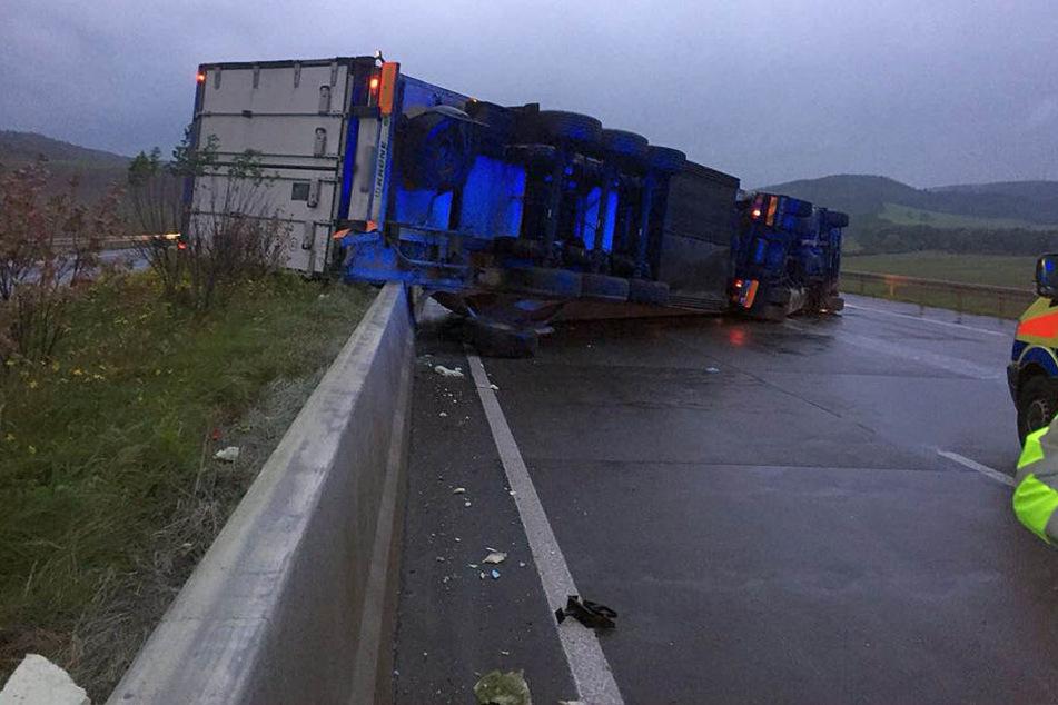 Lastwagen kippt auf der A4 um