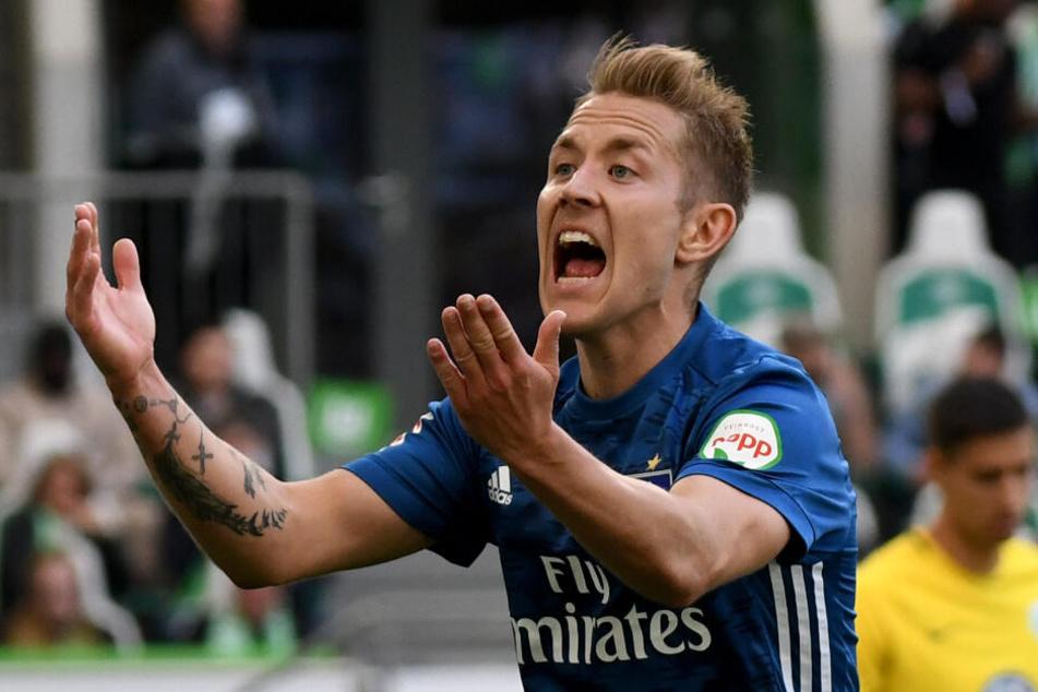Der HSV-Spieler ist sauer über eine Schiedsrichter-Entscheidung.