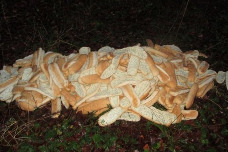 Diesen Haufen Kräuterbaguette fand die Polizei in einem Wald bei Goslar.