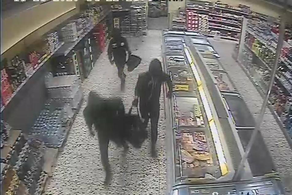 Die Polizei sucht mit Bildern einer Überwachungskamera nach den Räubern.