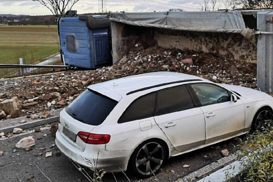 Das Foto zeigt den umgestürzten Lastwagen auf der A45 bei Gießen.