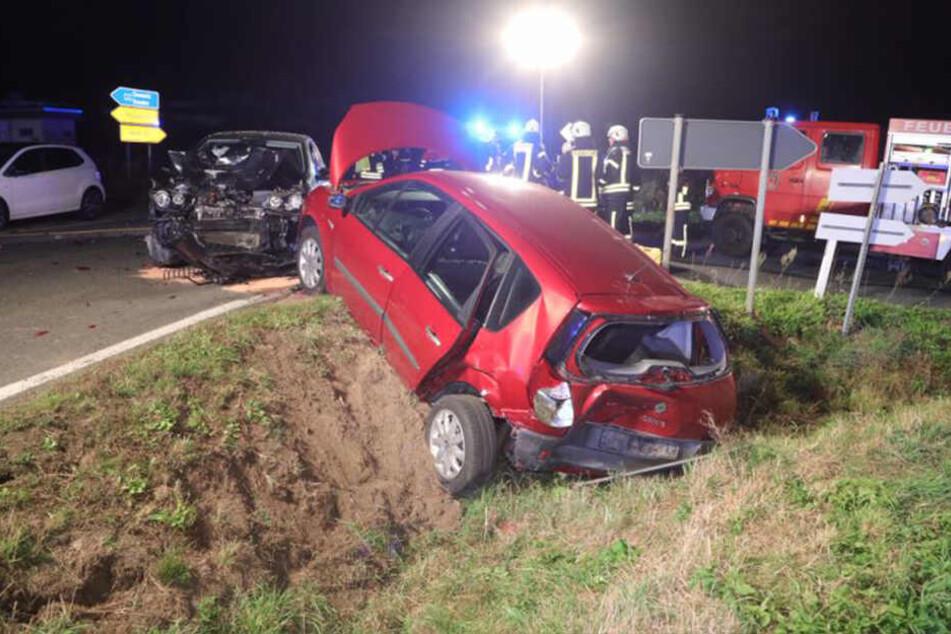 Ein Blick auf die ausgeleuchtete Unfallstelle.