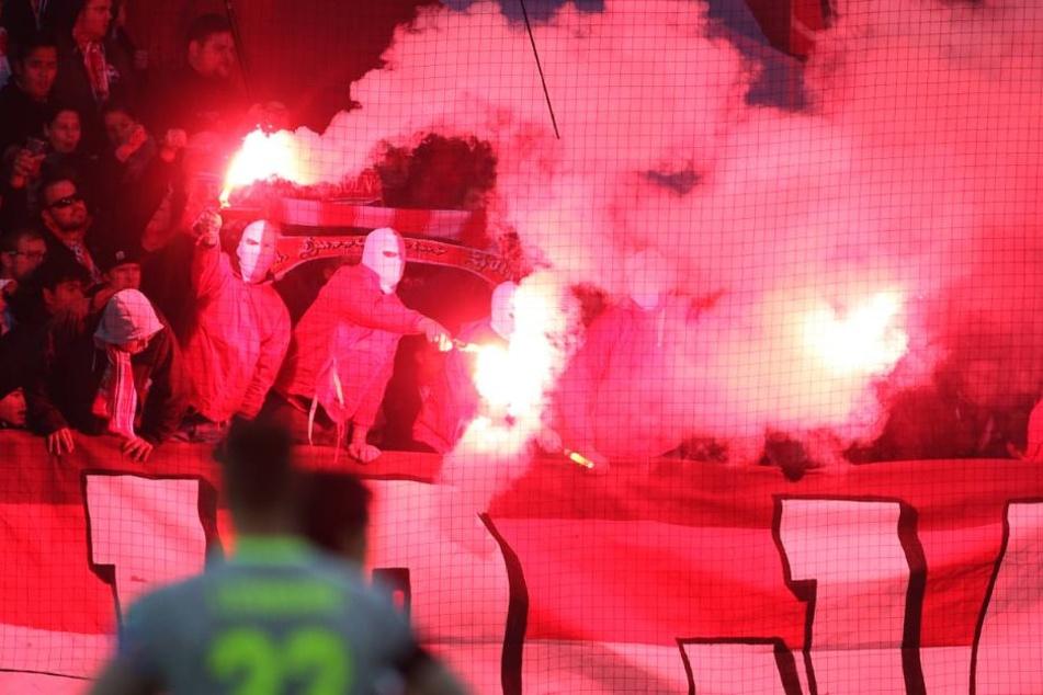 Auch beim Auswärtsspiel in Mainz kam jede Menge Pyrotechnik zum Einsatz.