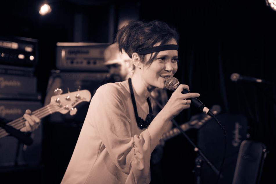 Ricarda Giefer, Sängerin der Kölner Punkrock Band Liebe Frau Gesangsverein beim Konzert im Blue Shell.