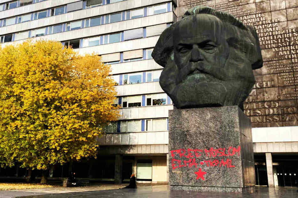 Unbekannte hatten das Karl-Marx-Monument in der Nacht zu Donnerstag mit Parolen verschmiert.