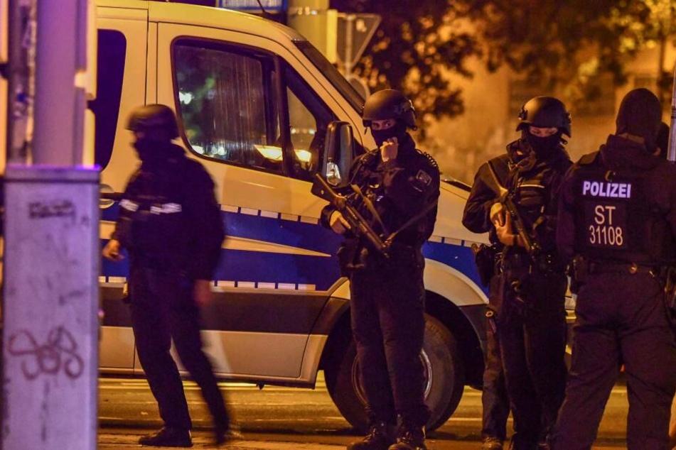 Schwerbewaffnet bewachen Kräfte des SEK im Bereich des Hasselbachplatzes.