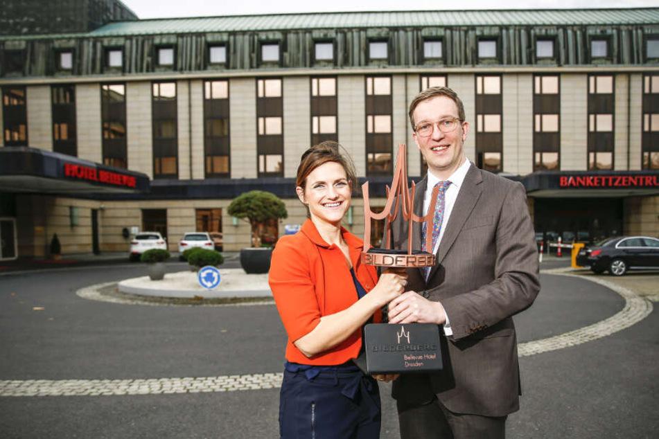 Marketing-Managerin Petra van Dreumel (36) übergibt Hotelmanager Sebastian Klink (38) die Krone, das Symbol der Bilderberg Hotels.