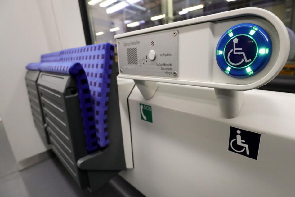 Eine Sprechstelle neben einem Platz für mobilitätseingeschränkte Fahrgäste soll die Fahrt erleichtern.