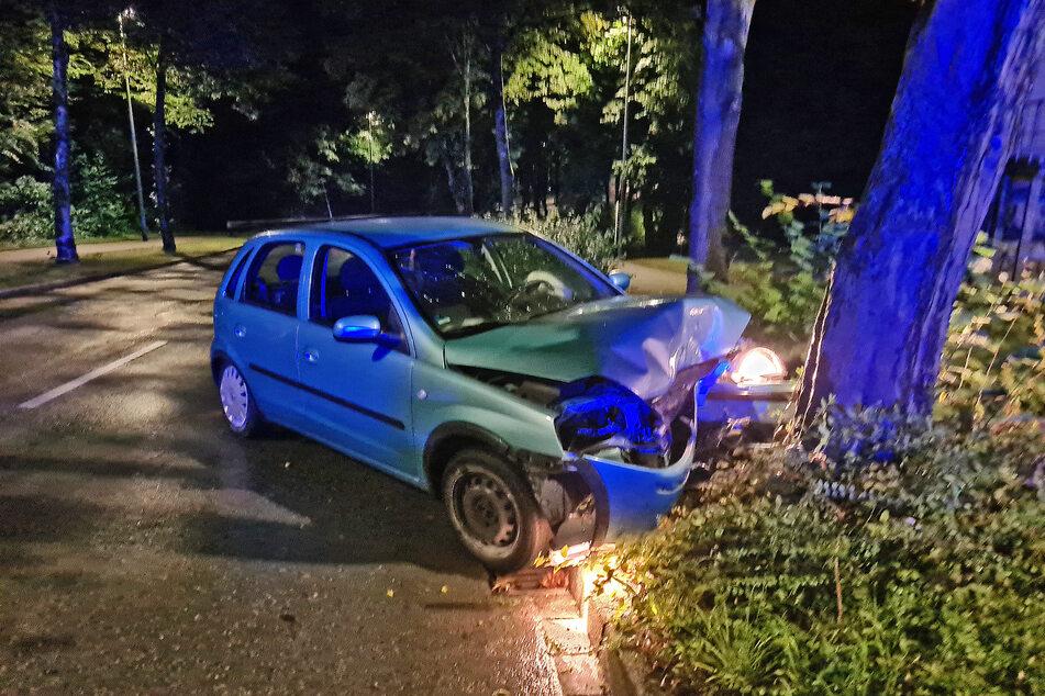 Die drei Autoinsassen sind bei dem Unfall im Kreis Mettmann schwer verletzt worden.