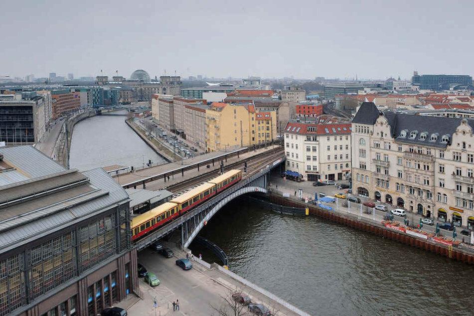 Wo sich S-, U- und Regionalbahn treffen, wird noch bis Herbst Bauzäune den Platz einschränken: S+U Bahnhof Friedrichstraße direkt an der Spree.