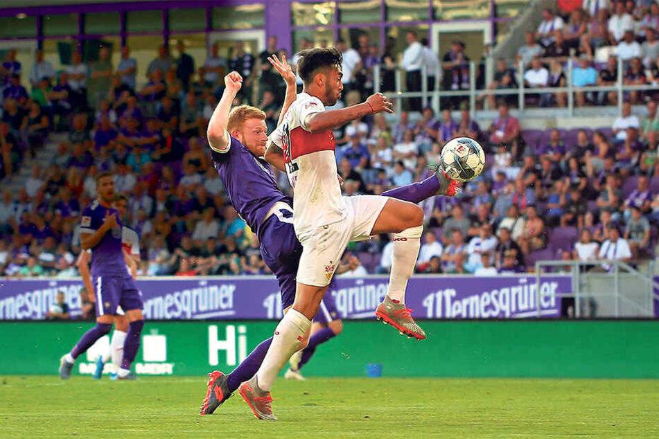 Perfekter Zweikampf! FCE-Abwehrmann Fabia Kalig (h.) spitzelt Stuttgarts Nicolas Gonzalez den Ball vom Fuß.