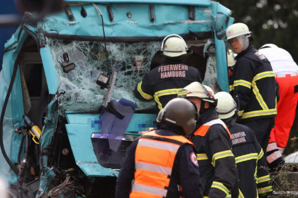 Rettungskräfte bergen den Fahrer aus der zerstörten Kabine.