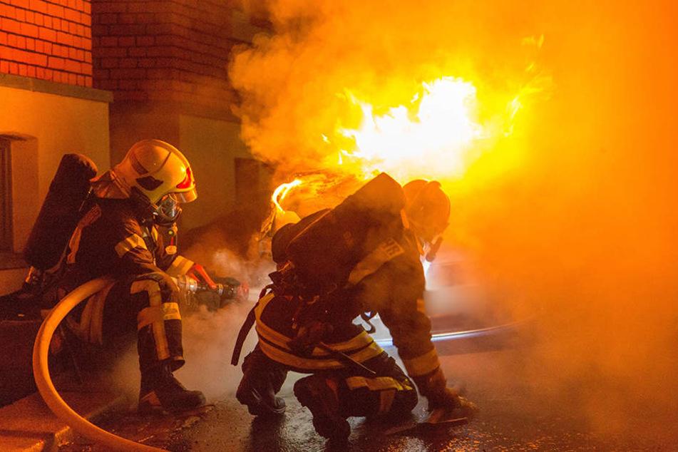 Kameraden der Feuerwehr beim Löschen (Symbolbild).