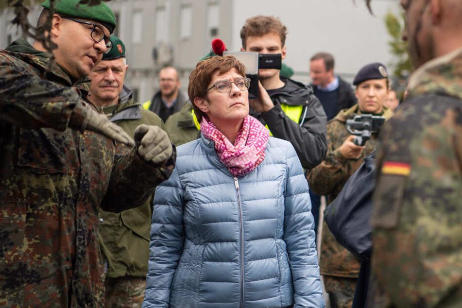 Annegret Kramp-Karrenbauer (CDU), Verteidigungsministerin, im Gespräch mit Bundeswehrsoldaten. (Archiv)