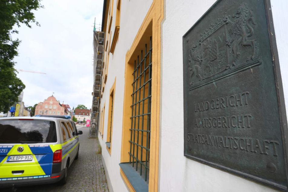 Ein Polizeiauto steht vor dem Land- und Amtsgericht in Kempten. Ab 16.04.2019 muss sich vor dem Landgericht ein 35 Jahre alter Mann wegen Mordes verantworten.
