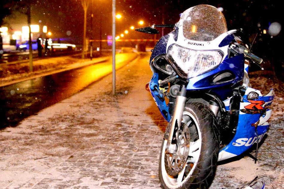 Mann lebensgefährlich verletzt! Tragischer Motorradunfall im Schnee