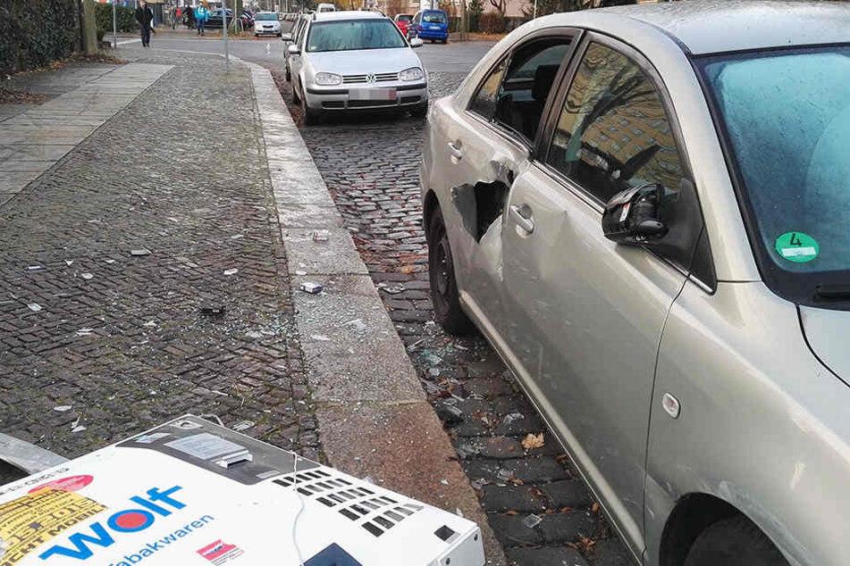 Durch die Wucht der Detonation wurde die Verkleidung des Automaten gegen ein geparktes Auto geschleudert.