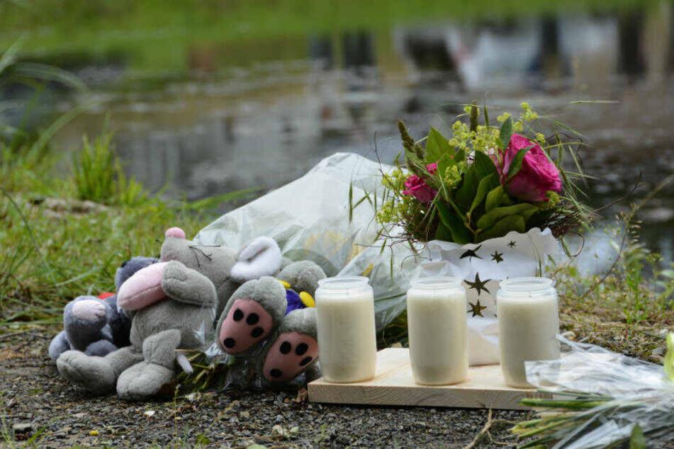 Kerzen und Kuscheltiere liegen im Ortsteil Seigertshausen an dem Löschteich, in dem am 18. Juni 2016 drei Geschwister im Alter zwischen fünf und neun Jahren ertrunken sind.