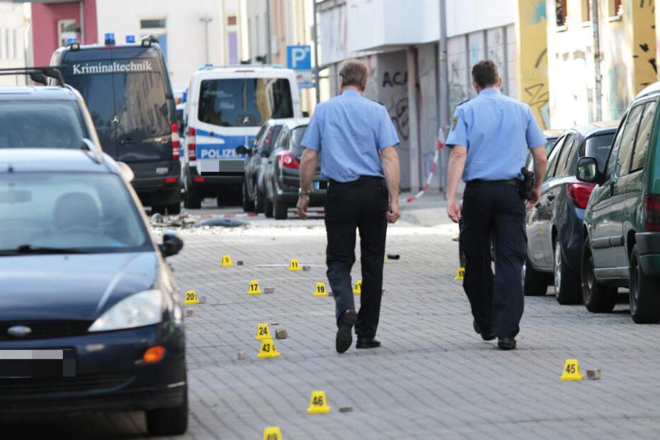 Polizisten am Sonntag am Tatort. Die Ermittlungen zu dem Angriff dauern an.