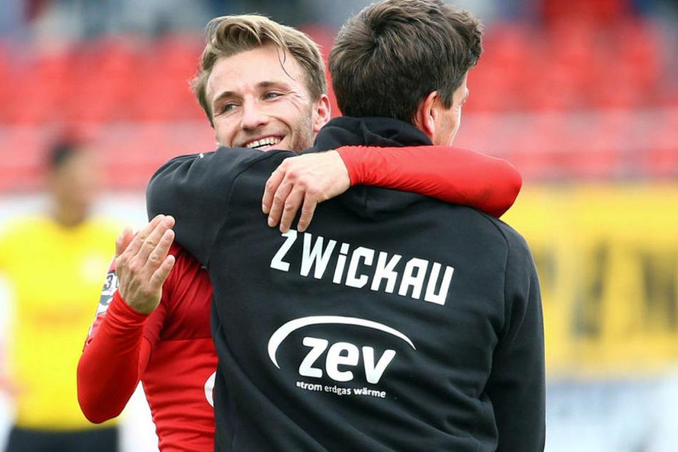 Es läuft! FSV-Coach Torsten Ziegner umarmt  Mike Könnecke.