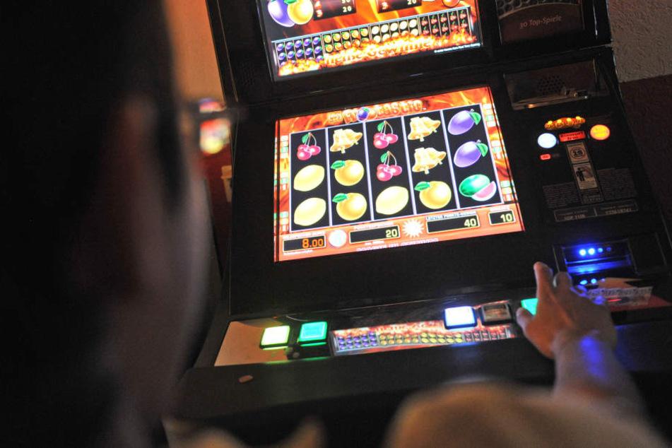 Der Unbekannte saß zunächst am Spielautomaten, wie die Polizei bekannt gab. (Symbolbild)