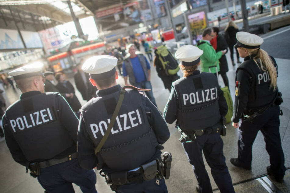 Polizisten der Bundespolizei gehen auf dem Hauptbahnhof in München Streife.