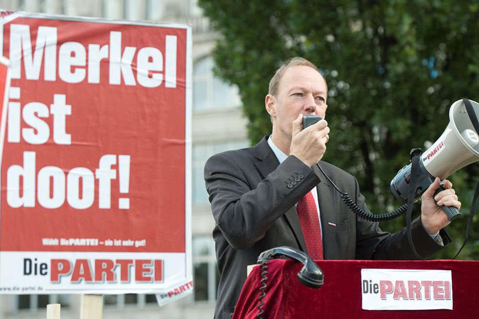 Parteigründer Martin Sonneborn bei einer Plakataktion in Berlin. (Symbolbild)