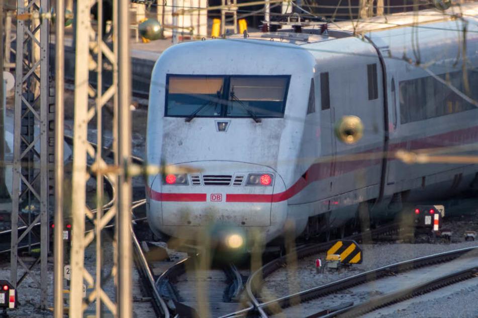 Der Beamte wurde von einem Zug erfasst und starb noch am Unglücksort (Symbolbild).