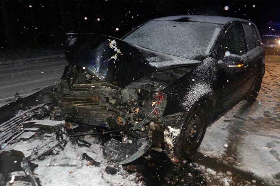 Das Auto einer 20-Jährigen kam von der Straße ab und krachte gegen einen Baum.