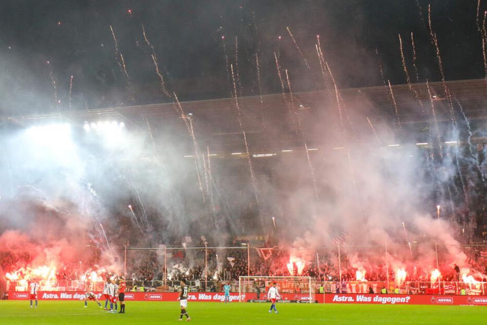 Im Hinspiel zündeten die Fans des FC St. Pauli Pyrotechnik.