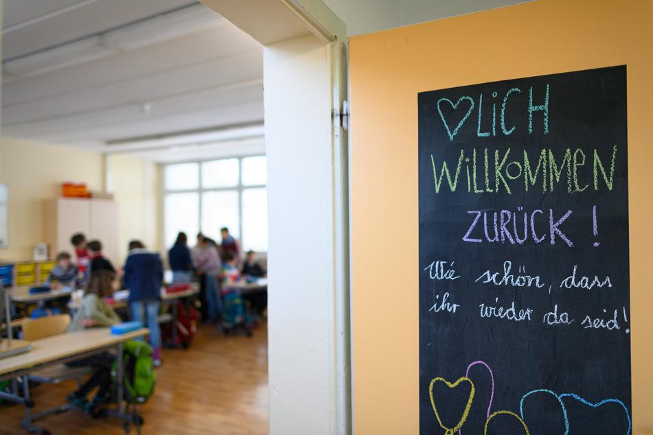 """""""Herzlich willkommen zurück! Wie schön, dass ihr wieder da seid!"""" steht an einer Tür eines Klassenzimmers einer vierten Klasse der Regenbogenschule Dresden. Nach dem Lockdown öffneten die Grundschulen und Kitas in Sachsen am 15. Februar im eingeschränkten Regelbetrieb."""