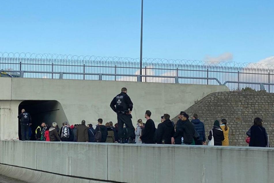 Klimaaktivisten wollen im Flughafen Berlin-Tegel protestieren.