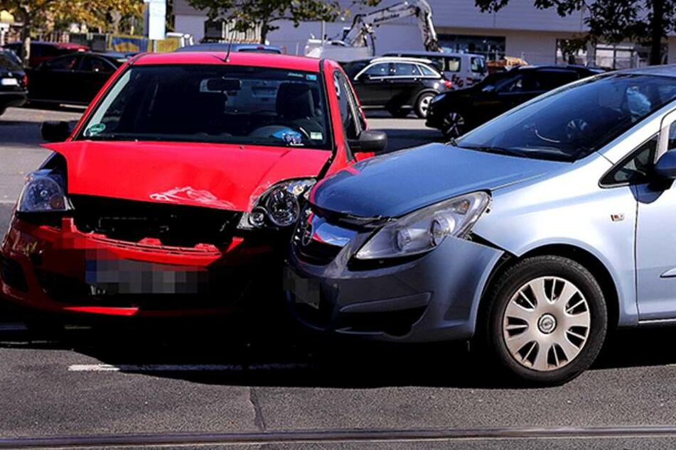 Unfall am Trachenberger Platz: Auto rammt von Parkplatz in den Verkehr