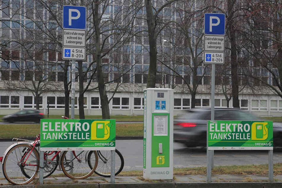 Nur 50 öffentliche E-Tankstellen gibt es in Dresden. 78 weitere sind seit fast einem halben Jahr geplant, können aber bislang nicht gebaut werden.