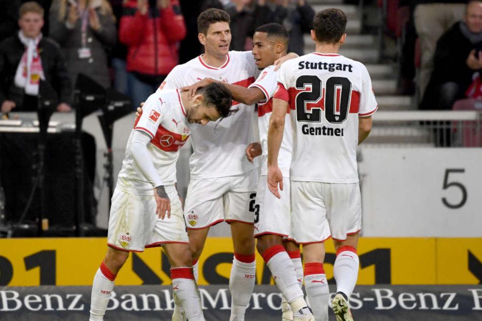 Seine Mitspieler feiern den Schütz des goldenen Siegtores gegen Augsburg. Anastasios Donis (l.)