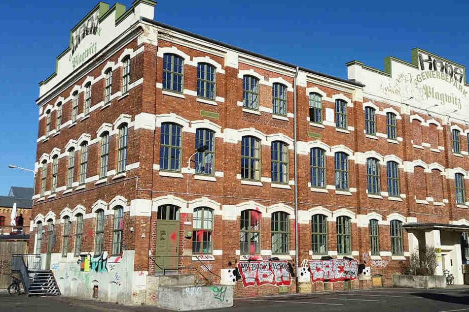 Das einstige Industriegebäude, das heute die evangelisch-freikirchliche TOS-Gemeinde beherbergt, ist mit roter Farbe besudelt.