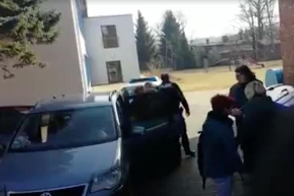 Das Kind wehrte sich mit Händen und Füßen, doch es nütze alles nichts: Die Achtjährige wurde zu ihrer Mutter gebracht. Der Einsatz ist umstritten.