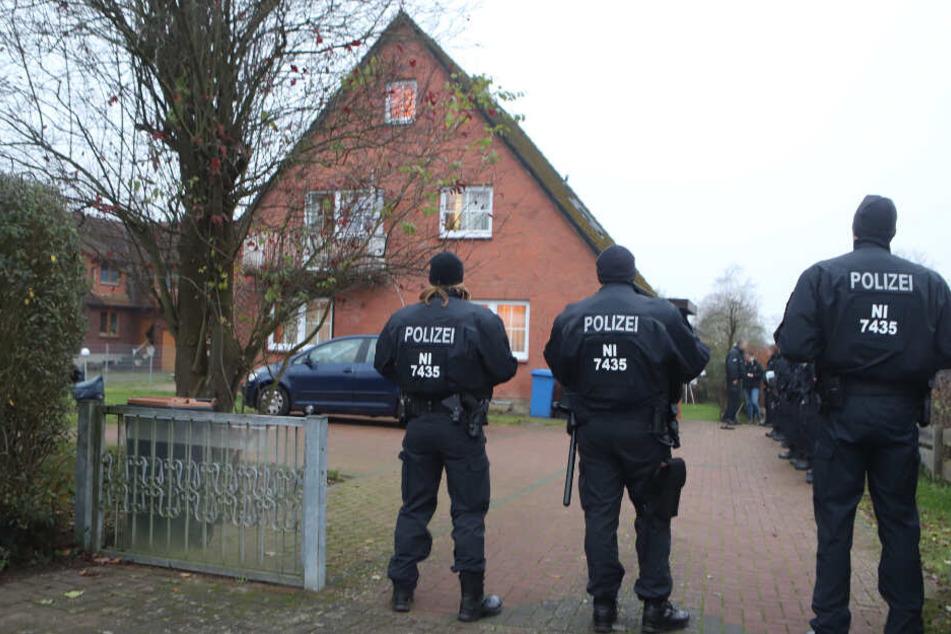Die Polizei umstellte eines der Wohnhäuser.