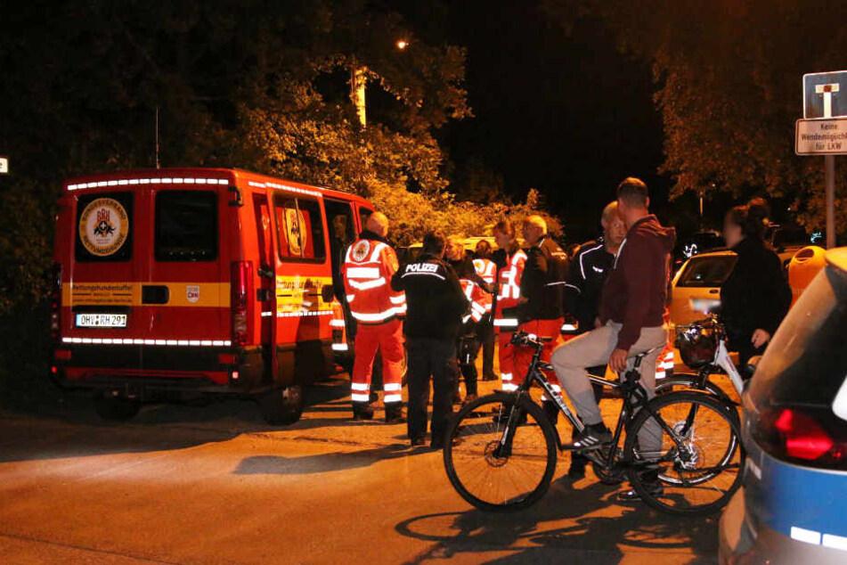 An der Köpenzeilen Ecke Zur Nachtheide haben sich die Einsatzkräfte formiert. Zwei Fahrradfahrer bieten ihre Hilfe an (v.r.).