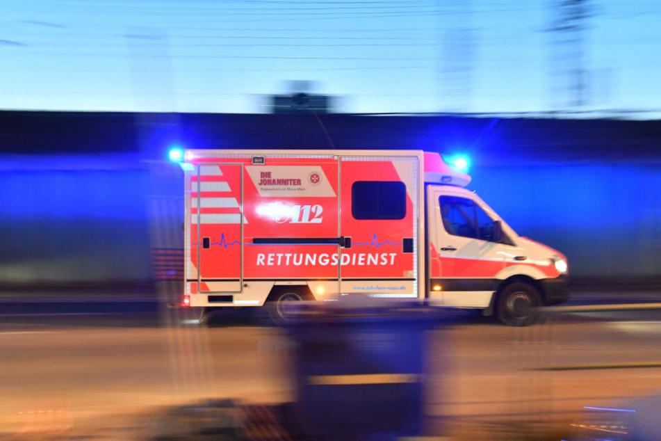 Der 20-jährige Mann wurde mit schweren Verletzungen an einer Straßenkreuzung aufgefunden. (Symbolbild)