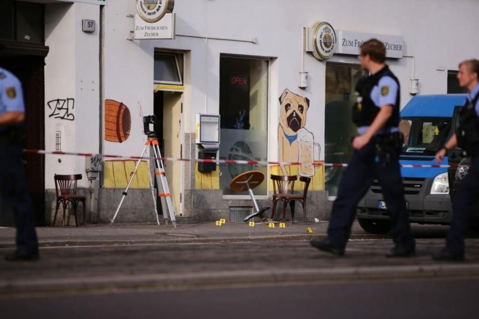 Der Tatort auf der Georg-Schumann-Straße wird zurzeit umfangreich fotodokumentiert.