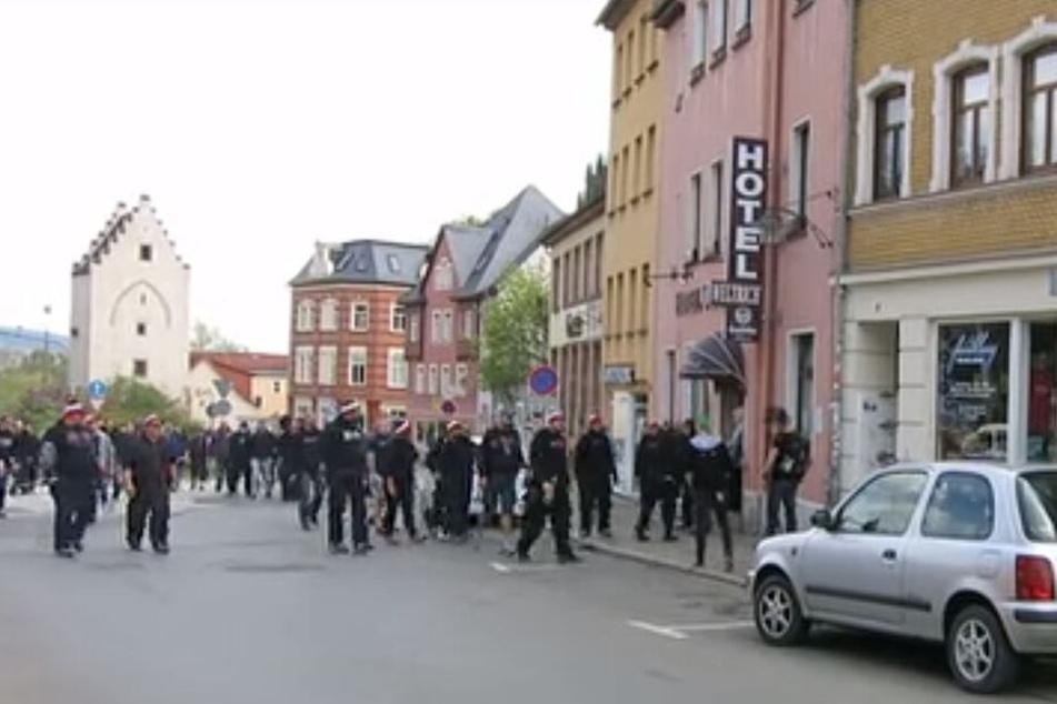 Mit schwarz-weiß-roten Mützen auf den Köpfen gingen mutmaßliche Mitglieder der RG 44 am 1. Mai 2015 auf Gegendemonstranten in Saalfeld los.